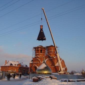 Монтаж купола храма краном Либхер