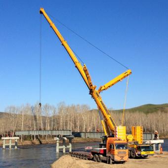 Автокран 400 тонн на строительстве моста через р. Чарыш