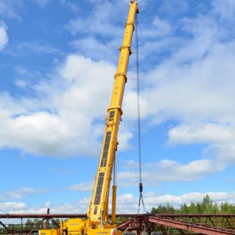 400-тонный автокран монтирует козловой кран в Новосибирске