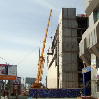 Автокраны на строительстве торгового центра